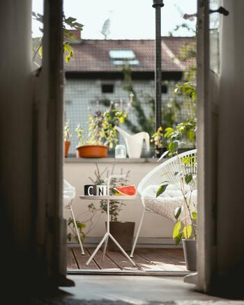 涼しい休日は、アウトドアリビングでのんびりとお昼寝や読書を楽しんでみては。小さくてもお気に入りのチェアとサイドテーブルがあれば、そこは自分だけのリラックススペースです。