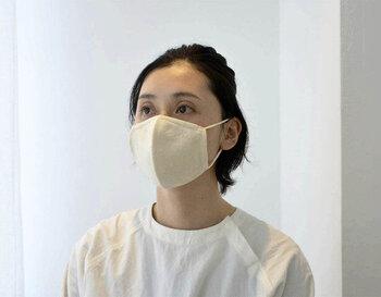 立体的な作りで、顔に密着しすぎず、息苦しくなりにくい工夫がされています。サイズは普通サイズと小さめの2種類。