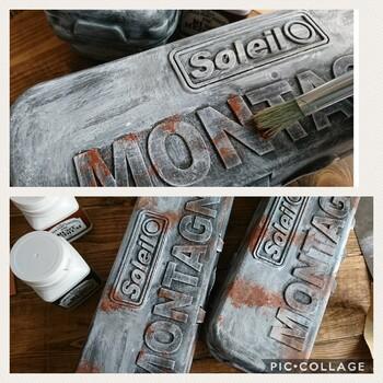アンティーク調に仕上げるにはナチュラルタイプと同じく水性塗料がぴったり。あえて塗装前に少し傷をつけたり、かすれたような色付けをするなど、古びたような仕上がりにするのも小技の1つ。また、塗っただけで金属のような質感が出るアイアンペイントを使用するのも味がでるのでおすすめ。
