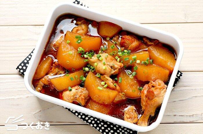 大根と相性の良い鶏肉で作るやわらか煮。こっくりとした煮汁が染み込んだ大根とほろほろとやわらかな鶏肉の煮物は、冷蔵保存が5日ほど可能ですが、あまりの美味しさにあっという間になくなってしまうかも。