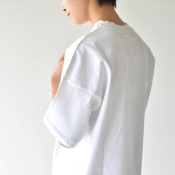 袖付けが肩より低いドロップショルダー。逆に肩が大きく見えてしまうのでは?と思う方もいるかもしれませんが、本来の肩の位置よりも視線を外すことができるので、華奢見せが叶う嬉しいアイテムです。 普通の袖よりもゆったりとしているので、気になる腕の付け根部分に程よく余裕が生まれ、二の腕をさり気なくカバーすることができます。