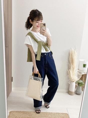 白T×デニムのシンプルな王道コーデに飽きてきたら、今季流行りのたすき掛けでイメージチェンジ。冷房対策用のカーディガンやシャツでOKなのでバッグも軽くなりますし、コーデに差し色をプラスできますね。