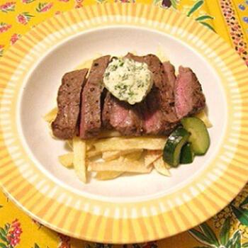 カフェの定番ランチメニューとも言われているこちらのステーキ・フリット。赤身のステーキ肉にフライドポテトが付いている料理です。  フランス人は脂分の少ないさっぱりとした肉を好んで食べます。ステーキ・フリットをお家カフェで作るときは、お値段もお手頃な赤身肉をチョイスすると本格的な味わいを再現できます。