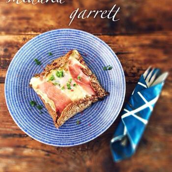 ガレットは、フランス・ブルターニュ地方で発祥したといわれる食べ物。小麦の栽培に向いていなかったブルターニュでは、そば粉に塩や水を混ぜ、薄く焼いたガレットが郷土料理として発展していきました。  フルーツや生クリーム、チョコレートなどを具材としてアレンジしたスイーツ系はもちろんのこと、卵やハムなどを具材とした食事系も人気です。冷蔵庫を覗いて、はやめに消費したいものを具材としてチョイスするのもおすすめです。