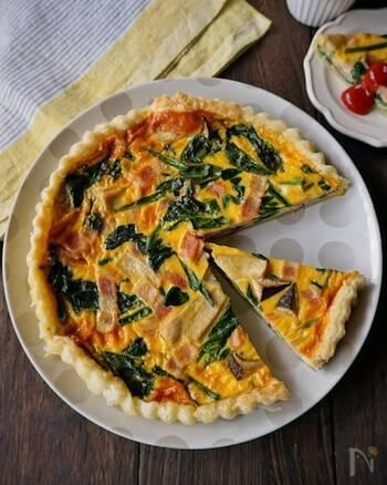 キッシュは、アルザス=ロレーヌ地方の郷土料理で、パイ生地やタルト生地の上に野菜やベーコンなどを入れた卵液を入れて焼き上げたもの。色合いが美しく、華やかなのでおもてなしの一品としても活躍します。  ベースになる卵液の部分のレシピを覚えておけば、具材をいろいろなものにアレンジするのも簡単です。