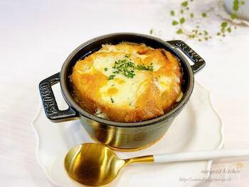 フランスのオニオングラタンスープは食べごたえがあり、お腹にたまるお食事系スープです。たっぷりの玉ねぎを飴色になるまで炒め、バゲットとチーズをたっぷりとのせます。  こちらのレシピでは玉ねぎをスライスしたら、まず電子レンジにかけるので炒める時間を短縮することができます。チーズがとろりと溶けて、焦げ目がしっかりつくくらい焼くのが美味しく作るポイントです。