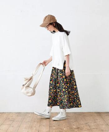 身幅たっぷりの白Tシャツは、着痩せ効果も抜群。アウトして着こなしたい1着です。サイドにスリットが入っているTシャツは、柄物や色物のボトムを合わせるとかわいいですよ。シックな色味の花柄スカートも白Tの手にかかれば爽やかコーデに早変わり。