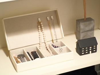 こちらはニトリのアクセサリーボックスに、100均のフックをとりつけて、ネックレスをかけられるようにしたもの。取り出しやすく、絡まりにくくもなるので、アクセサリーボックスがぐんと使いやすくなるでしょう。