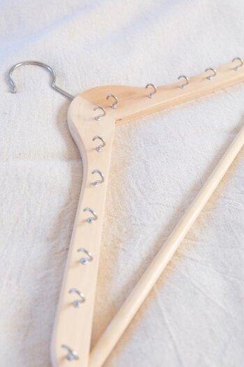 ハンガータイプのネックレス収納をDIYすることもできます。こちらは木製のハンガーにフックを取り付けて、ネックレスをかけられるようにしたもの。クローゼットにそのままかけられて便利です。