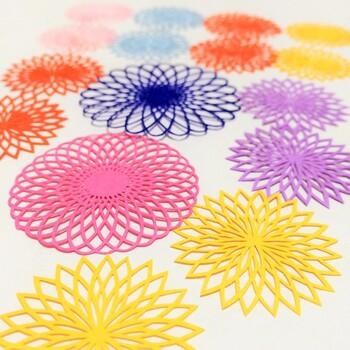 細かい花びらが一枚一枚が美しい、フラワーモチーフ。大きさや色を変えたり、お花畑のようにカラフルに楽しみたいですね。