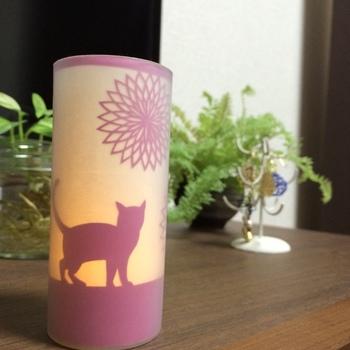 切り絵のライトカバーは、シルエットが浮かび上がり、幻想的な雰囲気に。花のモチーフが夜空を彩る花火のよう…♪猫のシルエットに癒されます。