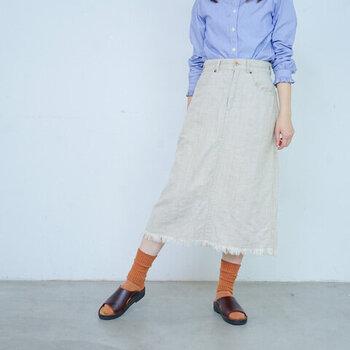 レザーの経年変化が楽しめる「NAOT(ナオト)」のサンダル。ソールが心地よく、真夏は素足が心地よいです。 スマートなデザインなので、シンプルなスカート+オレンジ色のソックスとのコーディネートも馴染みます。