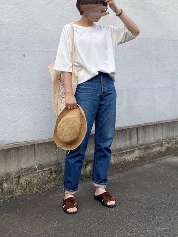 白T+デニムは夏の定番コーディネート。ブラウンのコンフォートサンダルを合わせると、リラックスしつつも大人の余裕を感じさせる着こなしに仕上がります。麦わら帽子との相性もばっちりです。