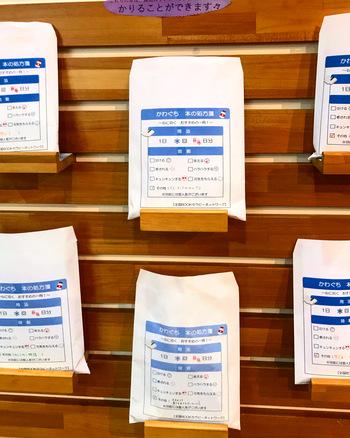 本の表紙やタイトルは隠され、抜粋された一文や、本のイメージからつけられたキャッチフレーズだけで本を選ぶ「シークレットブック」。まさに、自分自身のフィーリングのみを頼りにセレクトすることとなり、封を切るまでのワクワクと、本との偶然の出会いが楽しめます。  図書館などのイベントで、「処方箋」「福袋」といった形式で用意されるのを目にすることも増えましたね。  この「シークレットブック」を提供している、おすすめの書店をご紹介します。