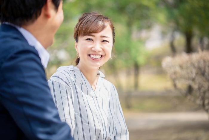 話を聞いているときに、あまり表情の変化がないと、相手は本当に話を聞いているのかなと不安になります。口角を上げて笑顔で相槌を打つと、相手は安心して心地よく会話を続けることができます。