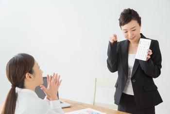 ただし、ひとつご注意を。上司など目上の人に「さすがですね」だけを使うと、お相手から「自分のことを評価して偉そう」と思われてしまうことも。この言葉で終わらせず、「さすが、〇〇のプロですね」などもう一言添えて、相手を立てると良いでしょう。