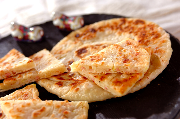 ベーコン入りの葱油餅のレシピ。ベーコンはネギとの相性もばっちりで、ボリュームとコクがアップしますよ。ベーコン入りなら子どもにも食べやすく、ネギも一緒に取れるのでおすすめです。