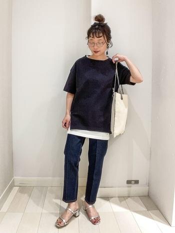 「黒Tにマンネリしがちだけどいつものコーデもしたい…」そんなときは、黒Tの下に白のTシャツやタンクトップをレイヤードしてみましょう。首元や裾からチラっと見える白が良いアクセントになって、コーデが引き締まりますし、よりおしゃれな印象に。
