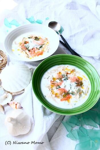 ザジキといわれるギリシャのヨーグルトディップをベースにしたごちそう冷製スープ。爽やかで涼やか、そのうえ栄養にも富んだ充実のひと皿です。夏のディナーのスペシャルスープとしていかがでしょうか?