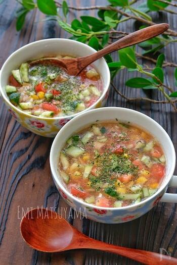 栄養豊富なもち麦を加えた、ぷちぷち食感も楽しい冷製スープ。夏野菜たっぷりでツナも入った、バランスのいい1杯です。暑さを乗り越える元気をチャージできそうですよ。