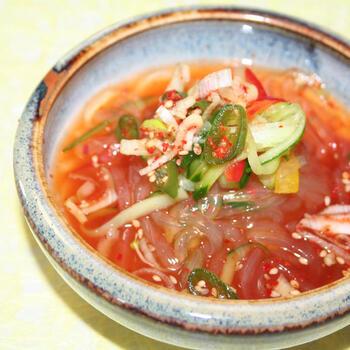 つるつる食感が涼感あふれるところてん冷スープ。唐辛子をきかせて、韓国風に仕上げています。よ~く冷やして召し上がれ。