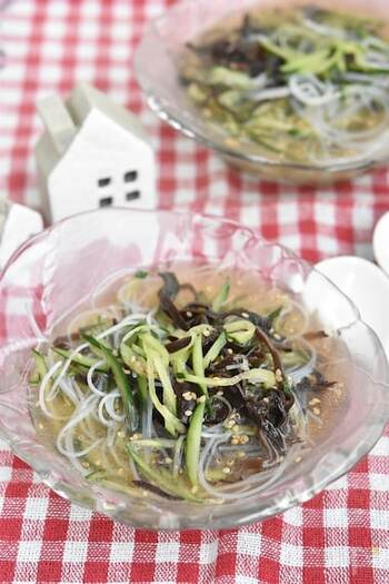 つるつるした春雨、シャキシャキしたきゅうり…いろんな食感が楽しめる中華風冷製スープです。レンジで簡単に作れ、作り置きもできます。ガラスのお皿でひんやりと召し上がれ♪