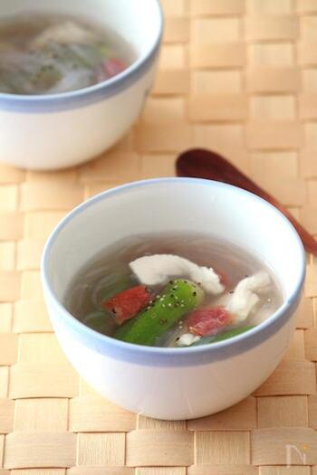 片栗粉をまぶし、熱湯でゆでたつるつる食感の鶏ささみと、ぬるぬるオクラ、そしてさっぱり梅…。食べやすくて体にいい食材がいっぱいの冷製スープ。梅の爽やかな風味は、食欲のないときにもおすすめです。