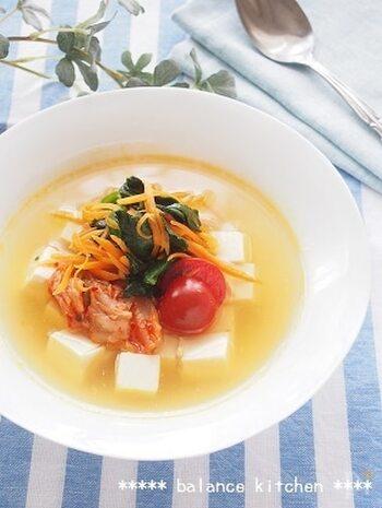 具材は、レンジでチン。あとは、酸味のきいたさっぱりスープに混ぜるだけです。キムチものせて、韓国冷麺風の冷製スープのできあがり。