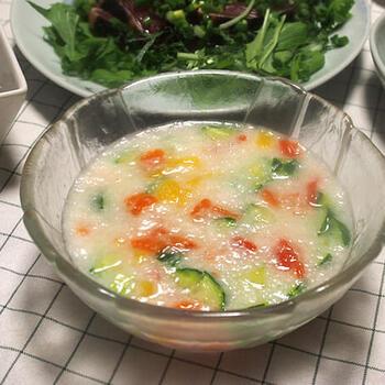 長芋をすりおろし、かつお節や昆布のだしを加えたとろろ風のスープ。カラフルな夏野菜を加えると、とろろとはひと味違った趣になりますね。