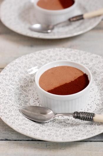 濃厚なチョコレートの味を好むフランスで親しまれているのがムース・オ・ショコラです。フランスの家庭でもよく作られているそう。しっかりと泡立てたメレンゲを使うことで、ふんわりと軽い口当たりのムースに仕上げることができます。トップにココアを振りかけるとおしゃれなイメージになりますよ。