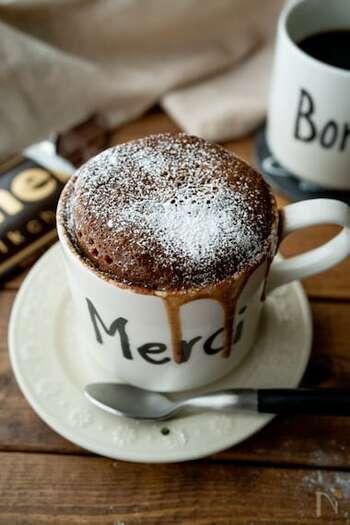 フォンダンショコラは、中から温かいチョコレートが溶けだすというチョコレートケーキのひとつ。スプーンを使って、チョコレートをすくいながらいただきます。  こちらのレシピはホットケーキミックスとマグカップを使った簡単レシピ。電子レンジで加熱するときは、下に耐熱用の皿を置いておくと、生地が溢れたときにも安心です。