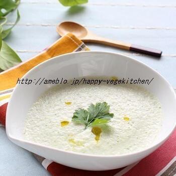 体を冷やす効果のあるきゅうりを使った、暑さ対策になる冷製スープ。ただ爽やかなだけでなく、植物性たんぱく質たっぷりの豆乳を使っているのも、栄養的にうれしいポイントです。