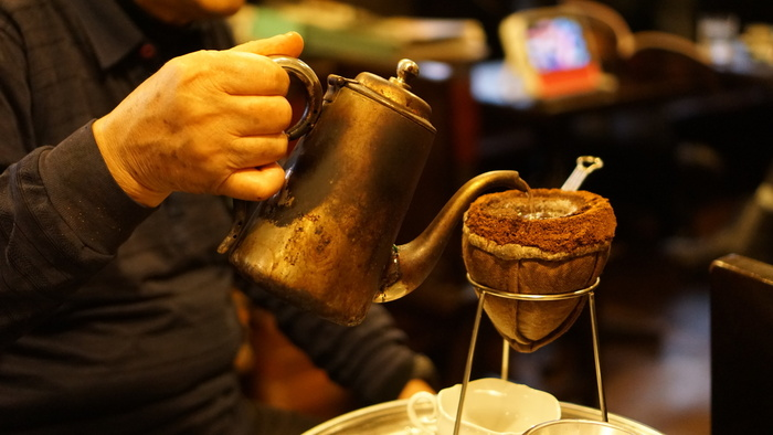 メニューはコーヒーの常識をくつがえすものばかり!名物は「スパルタンNo.1」で、1kgの豆から100㏄を、数十分~1時間ほどかけてネルドリップで抽出するというメニューです。出来上がるのは、「珈琲エキス」とも呼べる濃厚な一杯。今までに味わったことのない、うま味と苦みに出会えます。