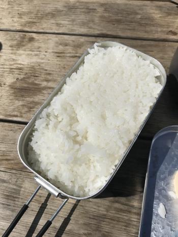 普通に炊飯をする場合とそれほど変わりません。炊く時間は固形燃料で15分ほど。その後、タオルで包んで保温バッグに入れて、15分ほど蒸らせば完成です。アイテムにもよりますが、固形燃料は15分タイプのものを選ぶとちょうどよく炊けます。