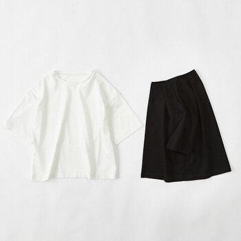 白・黒Tシャツを使ったコーディネートをご紹介しましたが、いかがでしたでしょうか?定番のTシャツでも、ボトムスや小物の合わせ方次第で着回しの可能性は無限大!今年の夏はマンネリ知らずの白・黒Tシャツコーデを思う存分楽しんでみてくださいね。