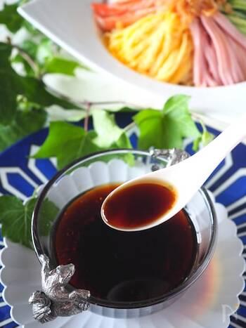 醤油と酢がベースの中華ダレ。ごま油を使った葱油餅は、さっぱりとした中華ダレがよく合います。材料を合わせてレンジで温めるだけの簡単レシピです。
