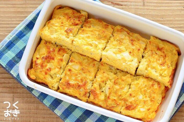 冷めても美味しくいただけるオープンオムレツのレシピ。フライパンを使わずオーブンで作れるため、初心者でも失敗しらずの見栄えがいいオムレツが完成します。 お弁当の定番である、卵焼きをひと味違う味わいに仕上げたいときにも◎ 新玉ねぎを使うことで、やわらかな食感と甘みを楽しめるレシピです。