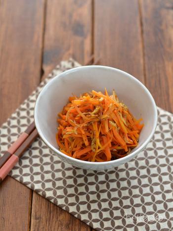 常備野菜として定番のニンジン、しらすだけの食材で作れるお手軽レシピ。しらすに塩気があるため、味付けも簡単でOKです。炒めるだけで完成するので、気負いなくチャレンジできるのも◎ 4~5日程度日持ちするため、作り置きにもぴったり!夕食やお弁当に、ニンジンと白魚の栄養価を手軽にプラスできます。