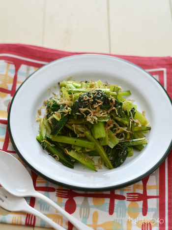 小松菜にカリカリに焼いたしらすを加えた一品。小松菜の代わりに、ほうれん草や春菊などの青野菜を使用しても美味しくいただけそうです。 シンプルに野菜をたくさん摂取したいときにも、おすすめのレシピです。