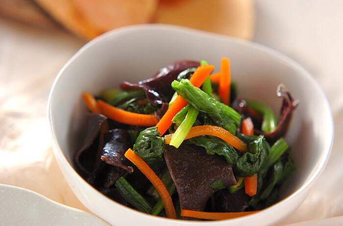 ほうれん草・ニンジン・きくらげといった、栄養価が高い食材を一度に摂取できるお役立ちレシピ。カロリーは、わずか46kcalとヘルシーなのも魅力です。 練からしで和えているため、副菜としてだけでなくおつまみとしても重宝します。緑・オレンジ色が映える彩りもきれいな一品です。