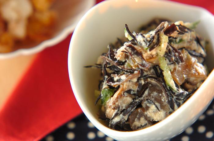 きくらげ・豆腐・こんにゃくなどのヘルシーな食材の白和え。きくらげをプラスして、栄養価と食べごたえをアップ。 ハードルが高そうなお料理に思えますが、実は酒やみりんなど身近な調味料だけで味付けできます。  手の込んだ副菜に見えるものの、15分程度で作れるのも嬉しいポイントです。