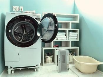 コインランドリーの乾燥機で乾かすのも効果的。コインランドリーの乾燥機は、家庭用の乾燥機と比べて約80~120度と高温なため、確実に菌を取り除くことができます。同じく熱を使って殺菌する方法として、アイロンを使うという方法もあります。洗濯後、アイロン掛けするだけで自然と臭いはなくなります。いずれの方法も、洗濯タグをチェックして、乾燥機やアイロン掛けがOKかどうか確認してから行うようにしましょう。