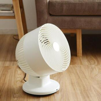 乾かすのに時間がかかると、それだけ雑菌が繁殖しやすくなります。臭いを発生させないためには、なるべく早く乾燥させるのがポイント。室内干しする場合は、サーキュレーターや扇風機を使って風を当て、早く乾かすための工夫をしましょう。