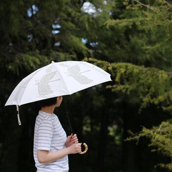392|T/C parasol MINI バード  ユニークな鳥の絵柄が特徴の傘。一見インパクトのある柄ながら、白×ライトグレーの絶妙カラーでどんなコーデにも馴染みやすく。派手にはしたくないけど、遊び心がほしい方におすすめです。