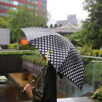kura common|傘 Flower Power Umbrella(フラワーパワー)  幾何学模様で表現された花柄がユニークでおしゃれ。スタイリッシュな雰囲気で、コーデを格上げしてくれます。留め具部分のカラーがアクセントになっていますね。