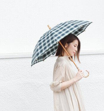 utilite|UVカットコットン晴雨兼用長傘 ドレスゴードン(col.4)  絶妙な色合いのチェックにバンブーの持ち手・柄が上品な一本。晴雨兼用なので、毎日持ち歩けます。コーデに彩りを加えつつ機能性もバツグン、小物としての理想を叶えた傘です。