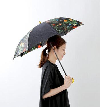 Fil D'araignee|フラワープリント折り畳み傘  黒地に色とりどりの花柄が美しい一本。無地と花柄のバランスがよく、品のある佇まいを演出します。べっ甲のようになった持ち手部分がアクセサリーのようにコーデを彩ります。