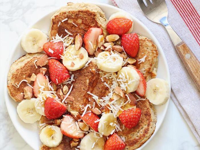 小麦粉ではなくオートミールを使って作るパンケーキ。普通のパンケーキよりも食べ応えがあって、腹持ちも良いので、お昼まで空腹感なし。フルーツをたっぷりトッピングして華やかに仕上げると気分が上がりますよ。