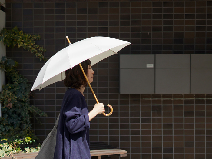 CINQ/サンク|晴雨兼用傘 アイボリー  シンプルな中に職人のこだわりが詰まった傘。広げたときの凛としたデザインが、雨の日もあなたの佇まいを美しく見せてくれます。シンプル・上質なコーデが好きな方におすすめです。