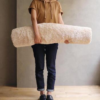 汚れたら、お家で手作業で丸洗いしましょう。この円形ラグの重さは直径140cmが約2kg、直径200cmでも約4kg。くるくる巻けば、女性ひとりでも簡単に持ち運べますね。